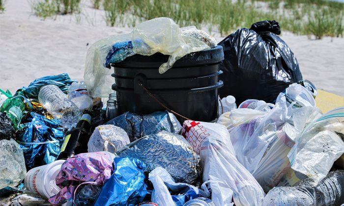 plasty na pláži